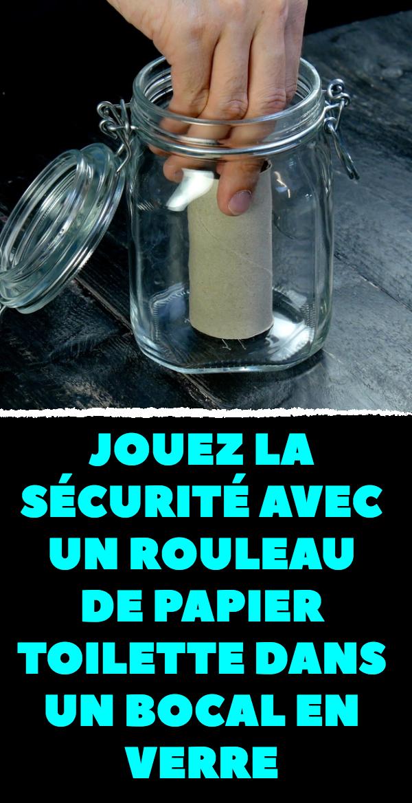 Jouez la sécurité avec un rouleau de papier toilette dans un bocal en verre