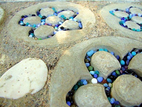 Ein Weidentipi mit Gartendeko aus Beton und Mosaik Mosaik - gartendeko aus beton selbstgemacht