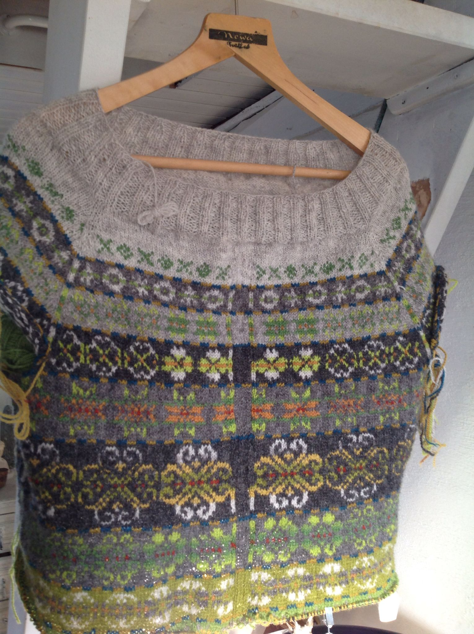 My Next year in Lerwick cardigan is coming along lovely. Im inspired by the colours of the Swedish forest. Rocks , moss and lichens, ferns and lush green. I wanted the pattern to change between subtle and more distinct. Happy so far. Design Tori Seierstad, pattern from Ravelry.