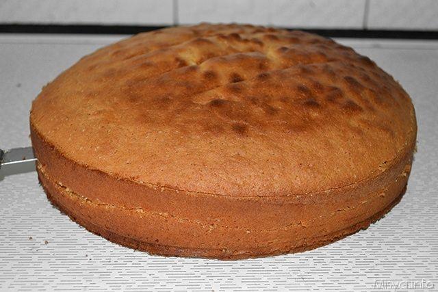 Il pan di spagna è la base per molti dolci e imparare come tagliarlo in maniera precisa è fondamentale per poter avere più dischi da farcire. Solitamente la