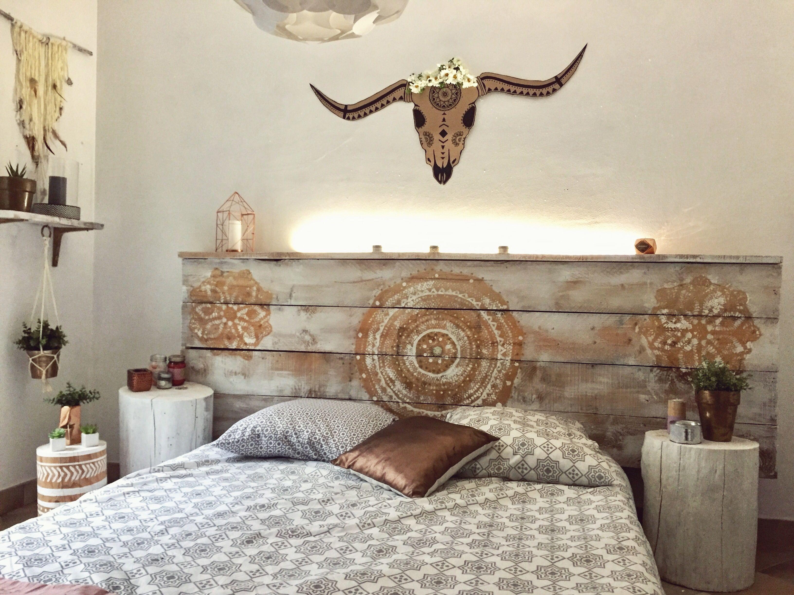 free tete de lit en palette et bois de coffrage avec lampe led with lampe accrocher au lit. Black Bedroom Furniture Sets. Home Design Ideas