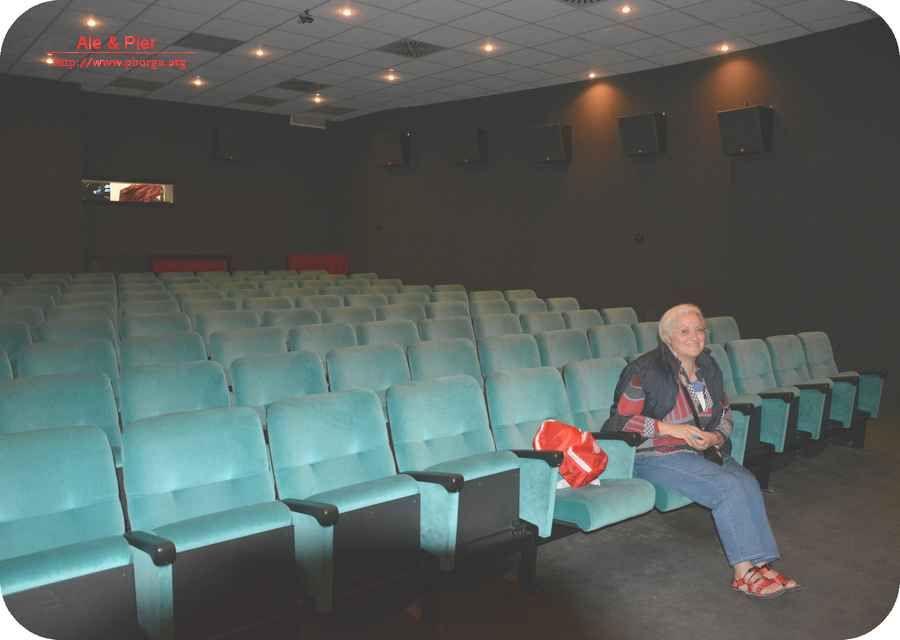 """Sala del Nuovo cinema Palmaro (siamo rimasti solo noi, delle tante persone presenti alla proiezione del film """"Monuments Men"""", per scattare alcune immagini)."""