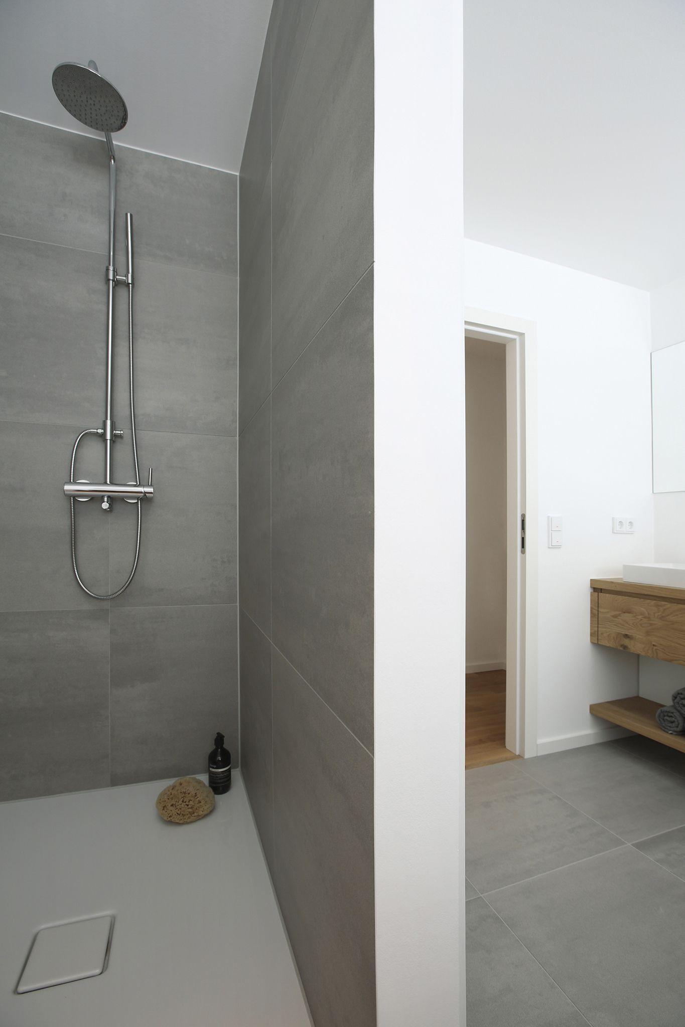 Im 1 Og Des Einfamilienhauses Wurde Ein Weiteres Bad Mit Badewanne Dusche Und Grossem Waschtisch Aus Massiver Eiche In Eine Innenarchitektur Dusche Badewanne
