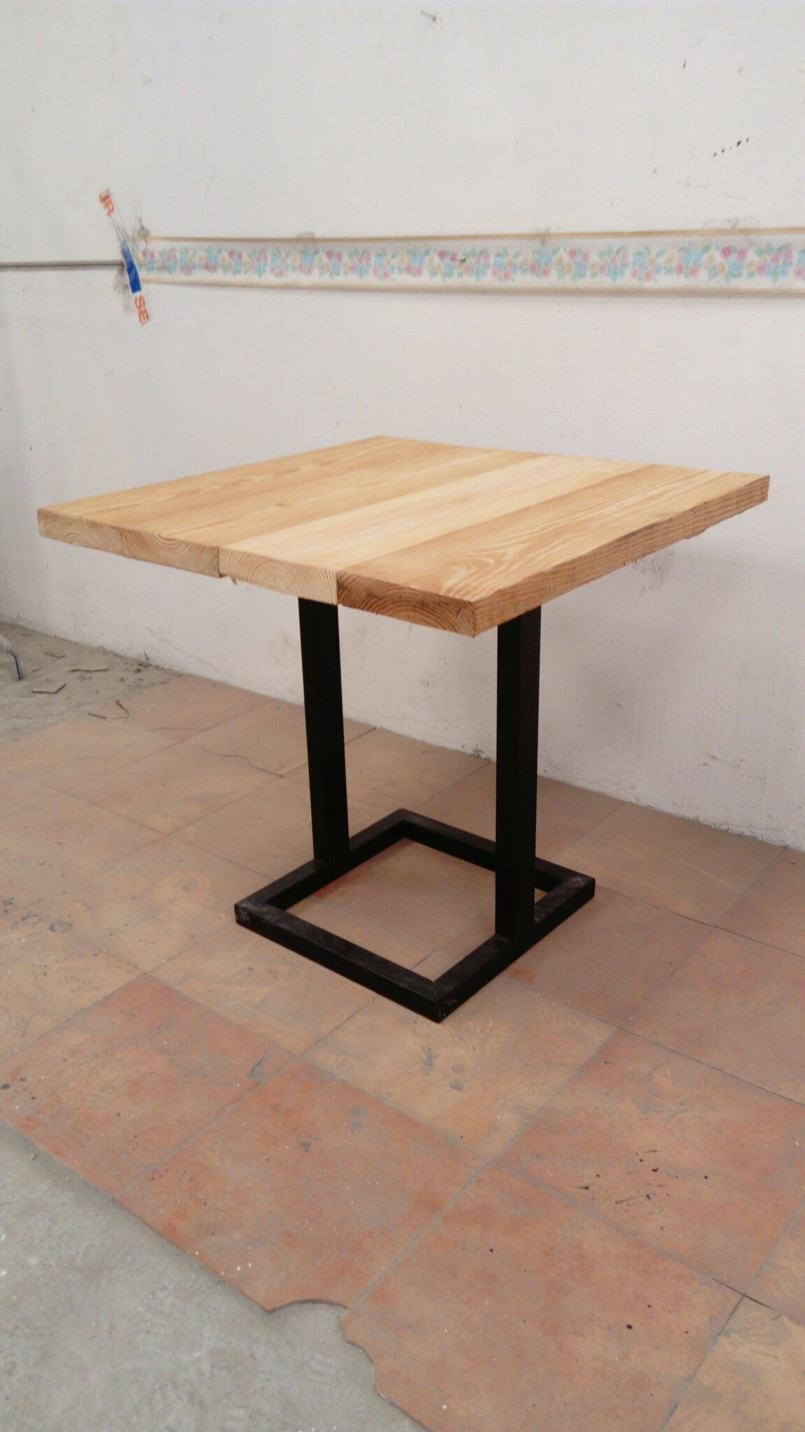 Mesa de madera y forja medidas 80x80 x75cm para bar