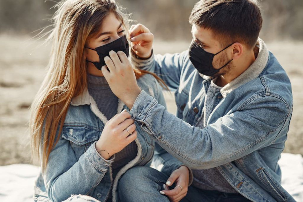 Pareja de novios con tapabocas | Elementos de proteccion personal, Que  hacer para vender, Estrategias de venta