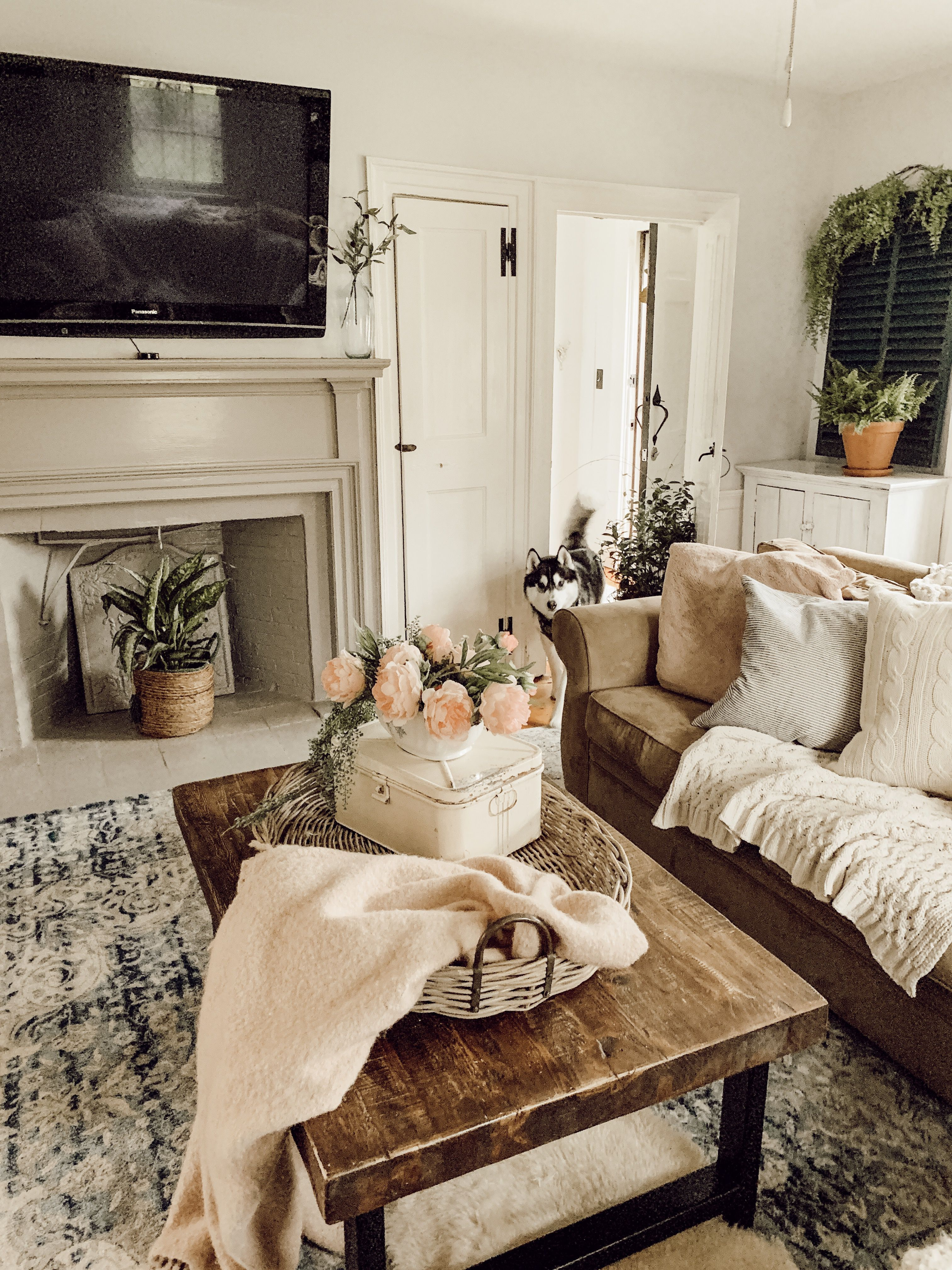 Wondrous Vintage Living Room Farmhouse Into An Attractive Living Room Vintage Living Room Farm House Living Room Pottery Barn Living Room #vintage #living #room #decorating #ideas