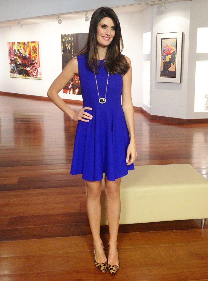Vestido azul com sapato vermelho