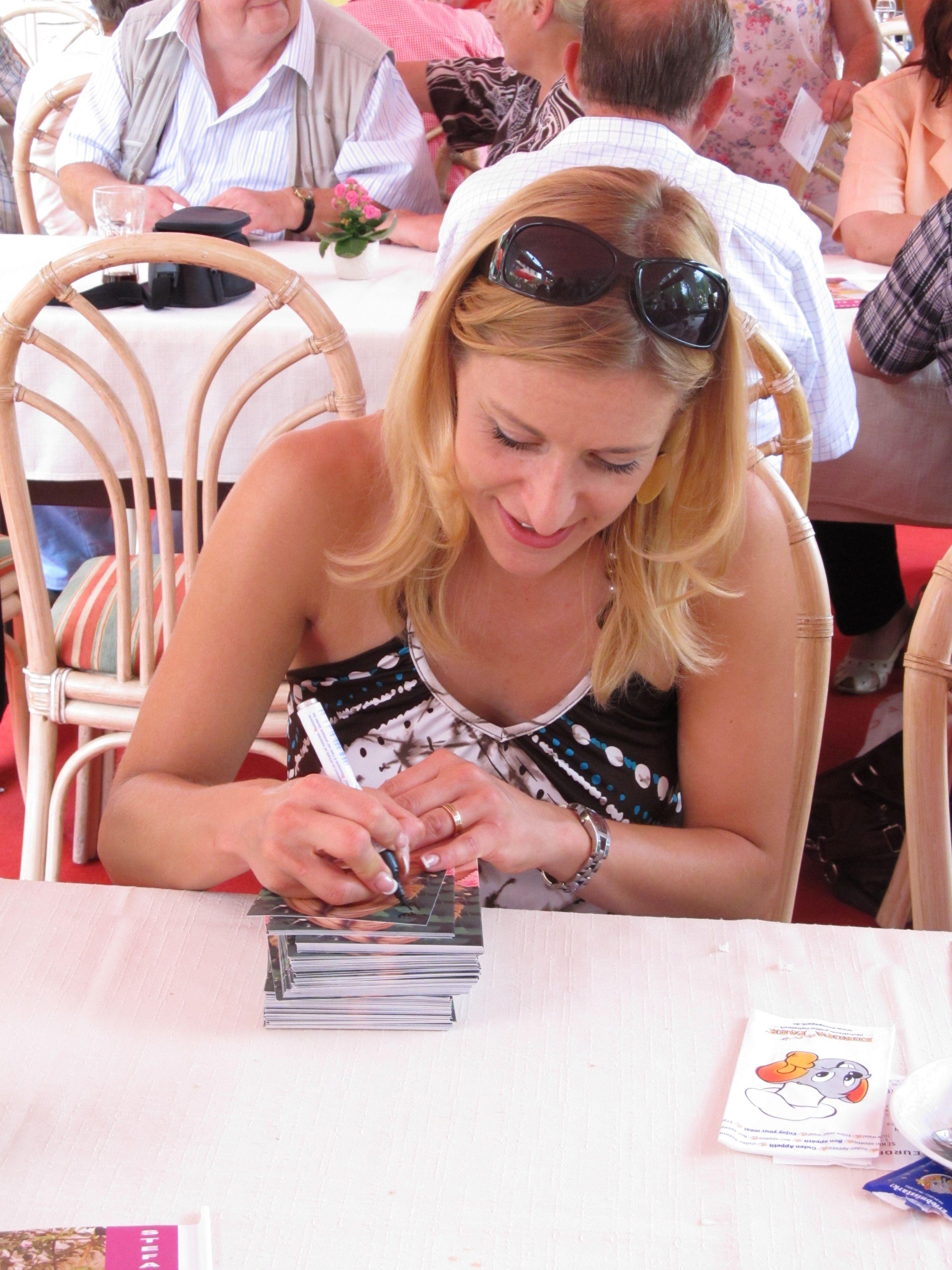 Stefanie Hertel 2011 beim signieren ihrer Autogrammkarten ...