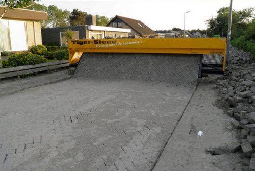"""荷蘭的自動鋪路機Tiger Stone,只須工作人員按照磚塊的排列順序給機器""""餵""""磚塊就可輕鬆解決鋪路問題。"""