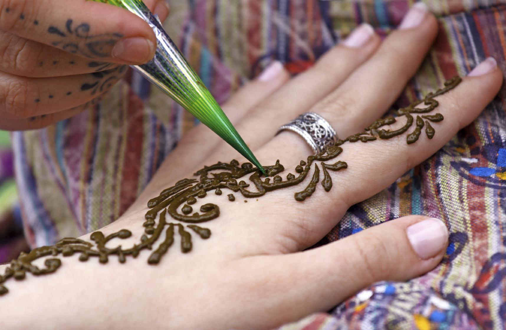How to apply Mehndi for beginners. Mehndi is a red coloured