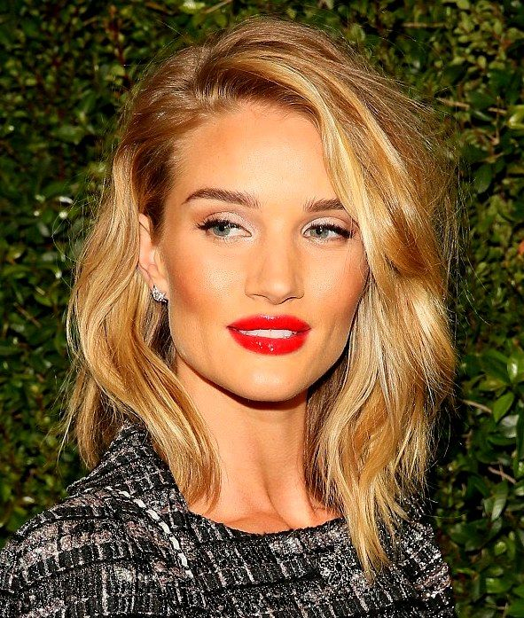 Rosie Huntington Whiteley Short Blonde Hair With Layers Hair Cut Side Bangs And Wearing Red Lipstick