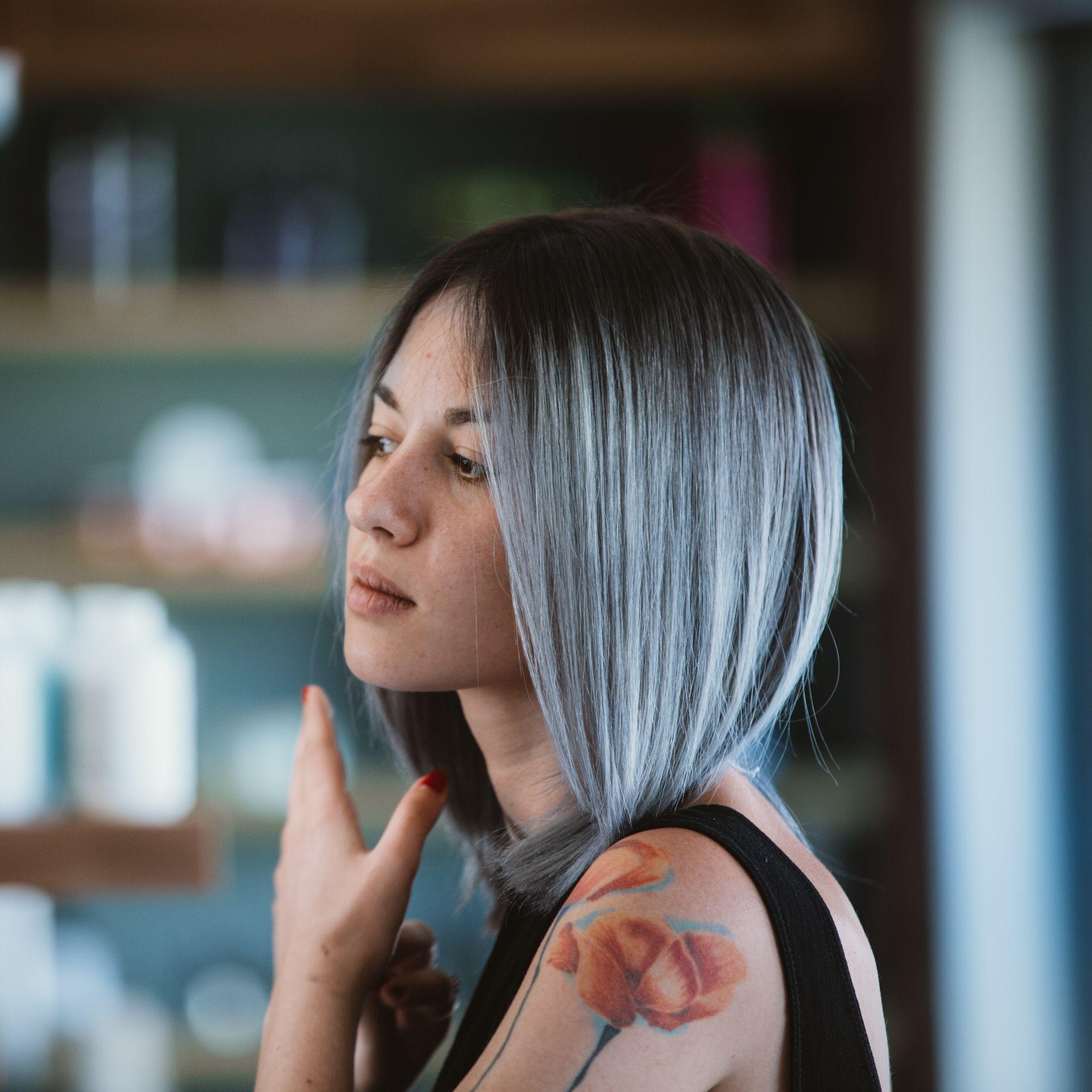 Andrea furnari salòn cheveux hair color blue gray colorful
