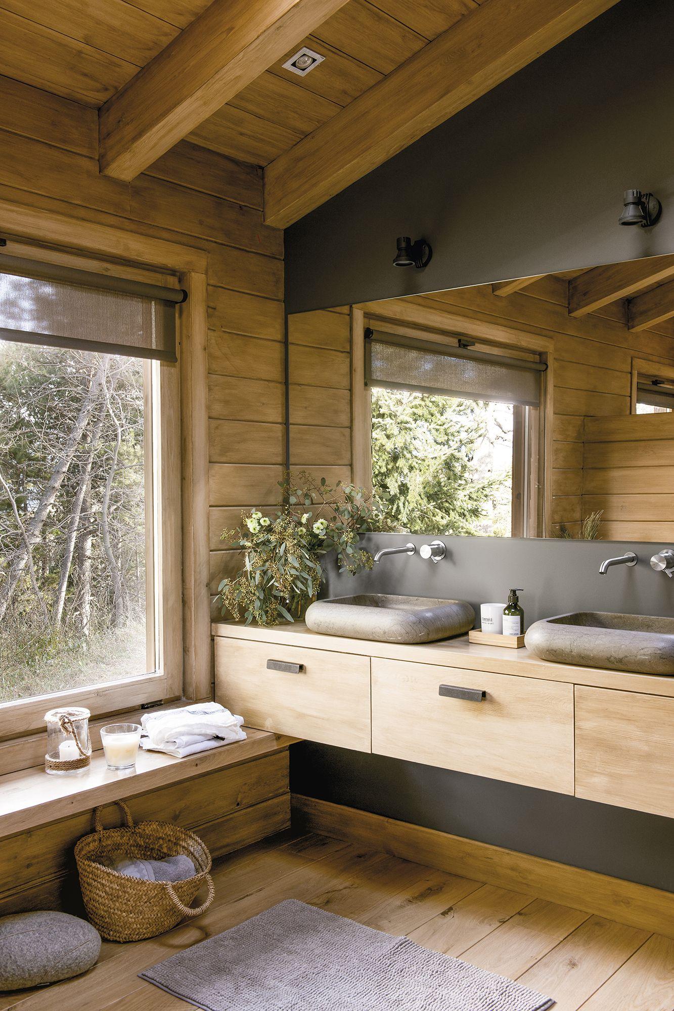 El ba o tambi n est envuelto en madera en 2019 ba os for Muebles rusticos de madera para banos