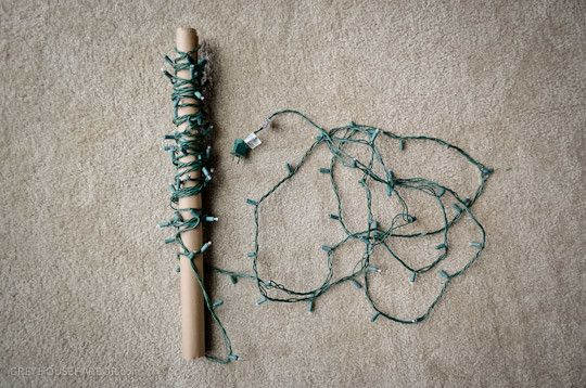 Využiť samozrejme môžeme aj rolku z papierových utierok. Napríklad, ako užitočnú pomôcku pri skladovaní vianočných svetielok.