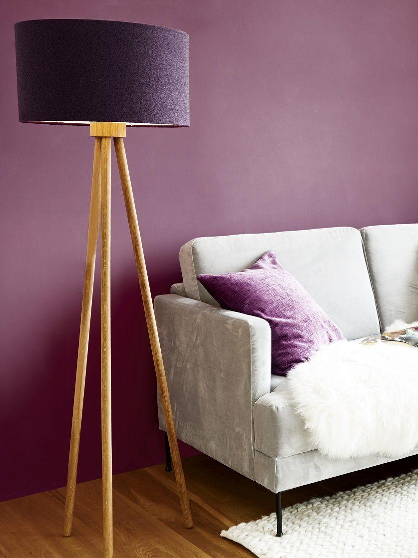 Lila Laune! Die Trendfarbe 2018 - für fantasievolle Akzente. Ob Kissen, Leuchte oder Wandfarbe - die Pantone Color 2018 überzeugt auf ganzer Linie. Interior Pieces in Ultra Violett sorgen für fantasievolle und kreative Akzente in Deinem Zuhause! // Wohnzimmer Sofa Leuchte Kissen Wandfarbe Ideen #WohnzimmerIdeen #PantoneColor #Trendfarbe #Wandfarbe #Ultraviolett