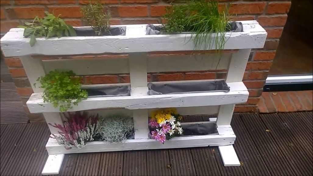 Wunderschone Hochbeet Fur Balkon Selber Bauen Kruterregal Blumenregal Aus Einer Palette Europalet Fenced Vegetable Garden Flower Pots Pallet Projects Furniture