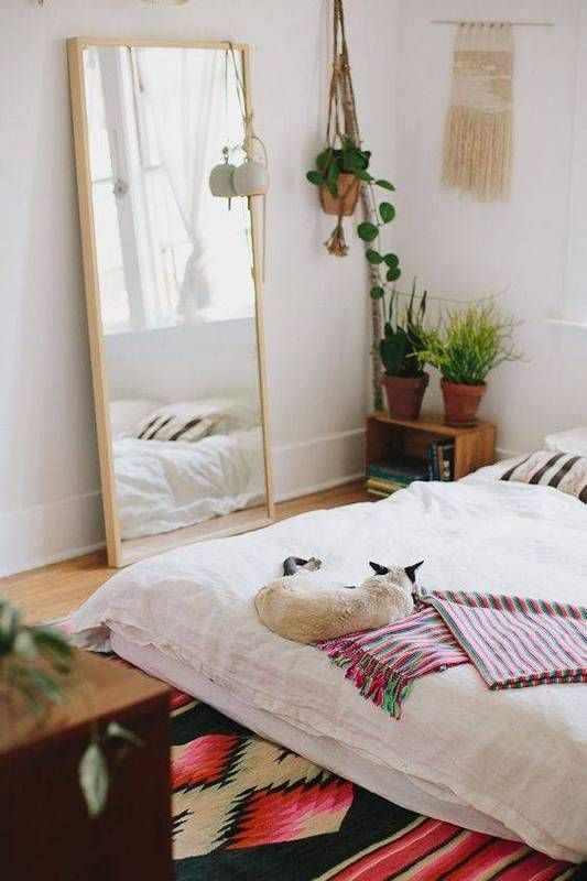 26 Pet Friendly Rooms That We Re Obsessed With Colchon En El Piso Decoracion De Unas Dormitorios
