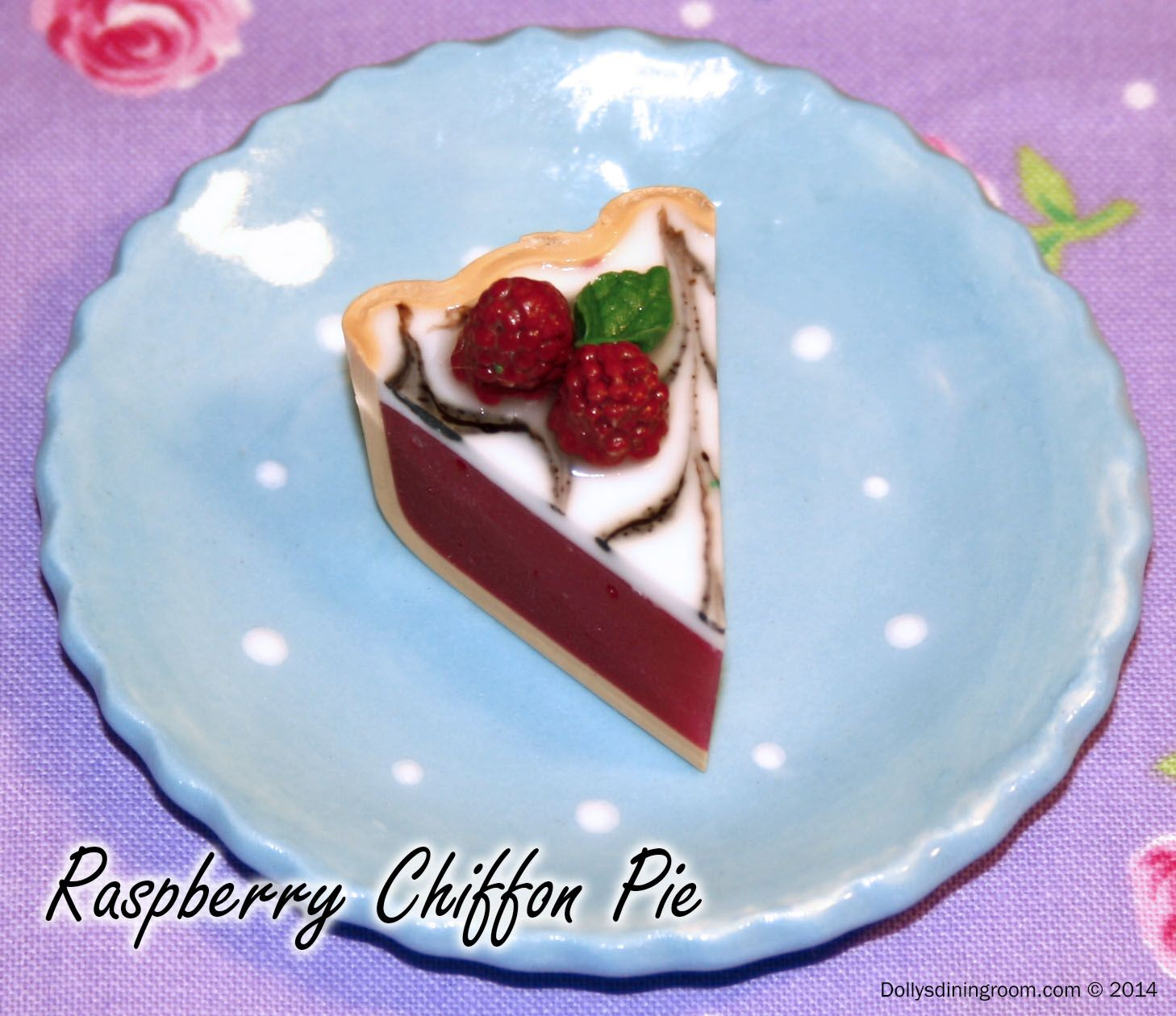 A truly gourmet selection! Dolly simply can't resist this delicate raspberry pie with a marbled top and fresh ripe raspberries. It'll tantalize your tongue!