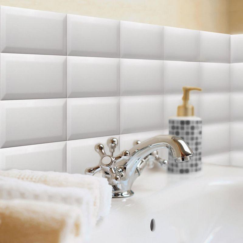 revêtement mural salle de bain en carrelage métro biseauté et