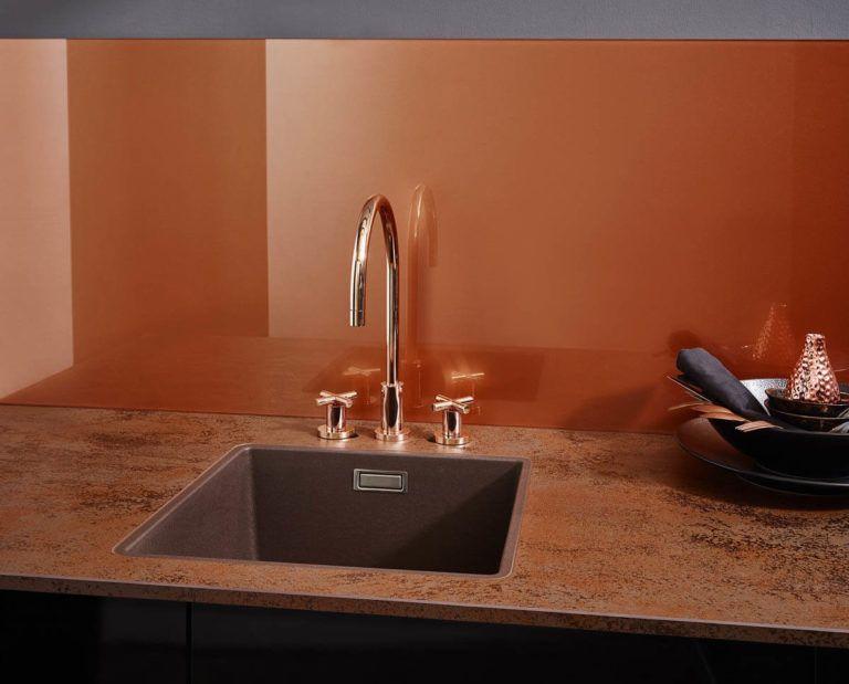 Kuchenruckwand Aus Glas Stein Holz Laminat Oder Metall Verschiedene Materialien Im Vergleich Kuchenruckwand Glas Kuchenruckwand Gestalten Und Kuche Naturstein