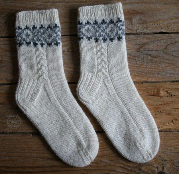Photo of Diese handgestrickten Socken bestehen aus 100% Schafwolle. Die natürliche Hitze …