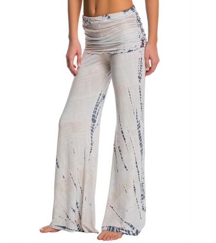 45a8969eb0 The key to comfort is the Hard Tail Ruched Waist Flare Yoga Pants. With a  relaxed fit and no-elastic waistband these pants offer you the perfect fit.