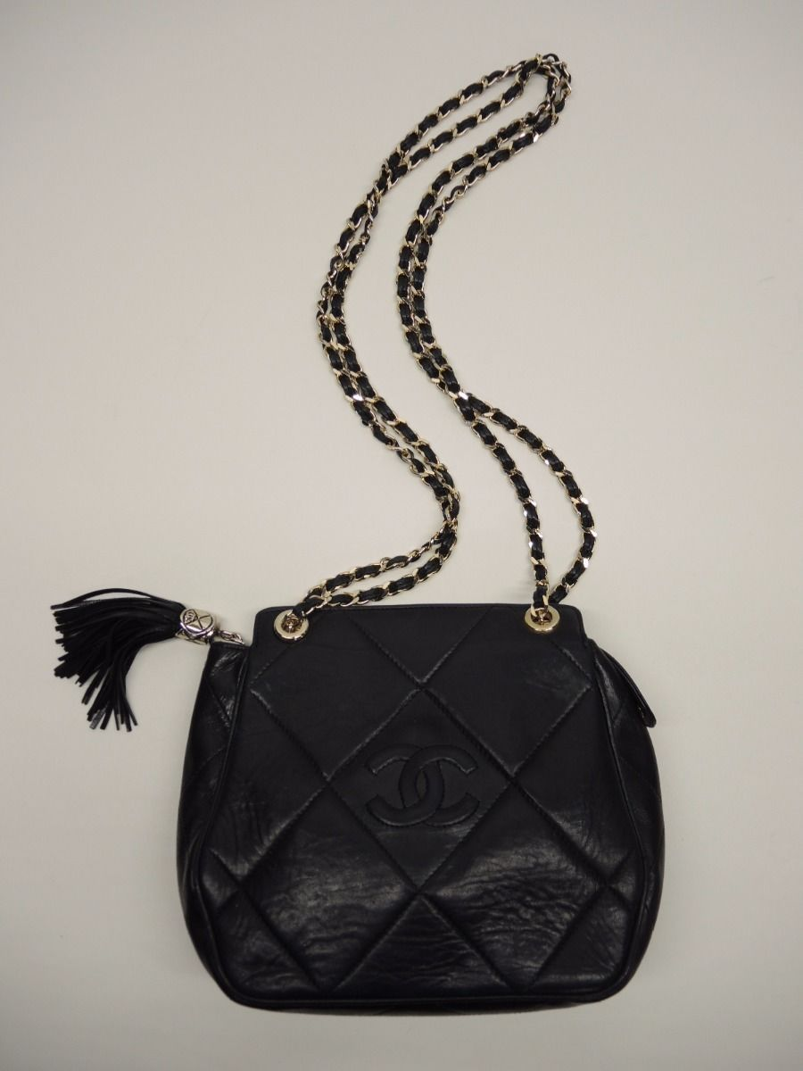 c8ed07b12301 CHANEL Vintage Black Lambskin Diamond Quilted Leather Gold Chain Shoulder  Bag