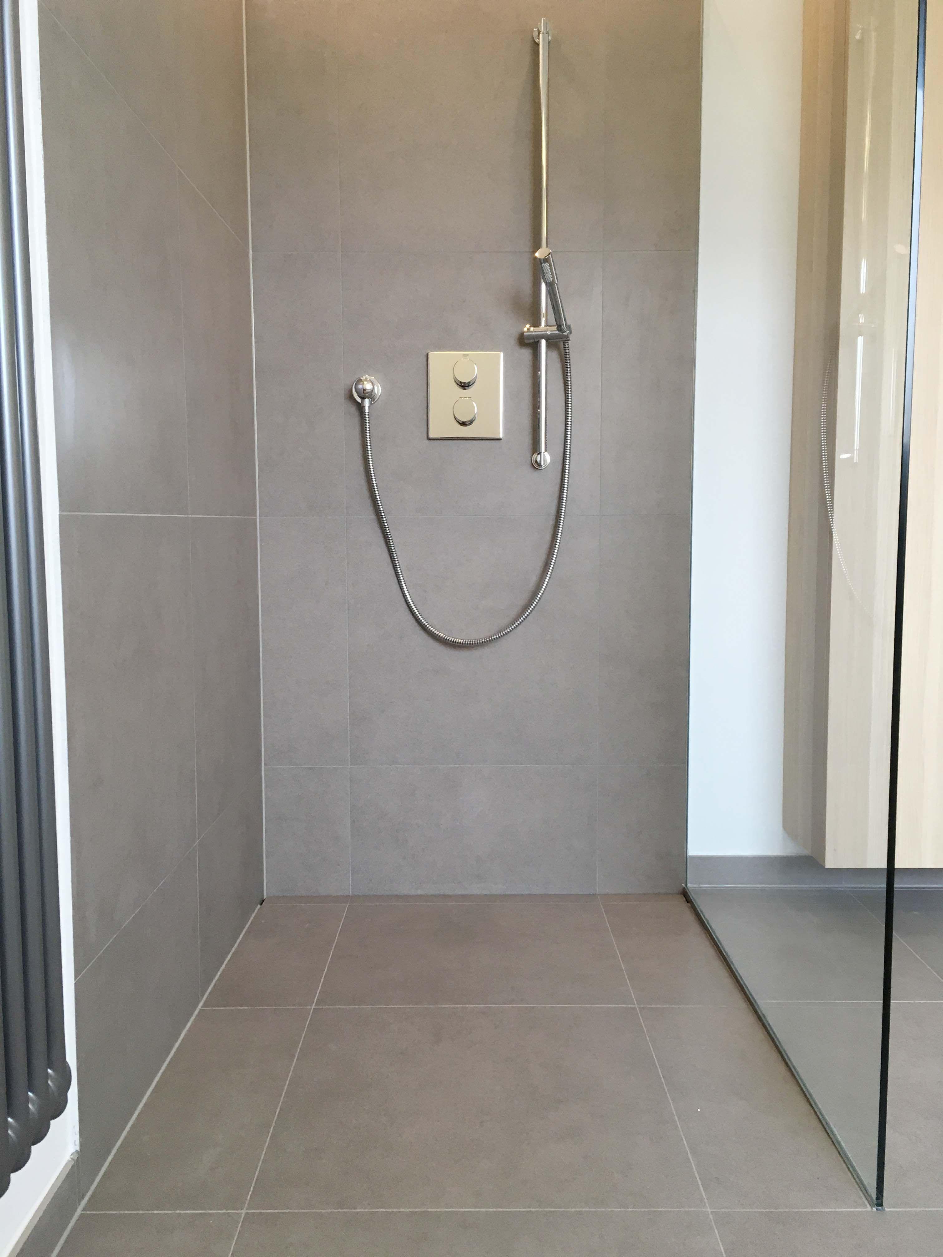 Dusche Ebenerdig Grau Fliesen Glasabtrennung Rainshower Badezimmer Dusche Ebenerdig In 2020 Dusche Fliesen Dusche
