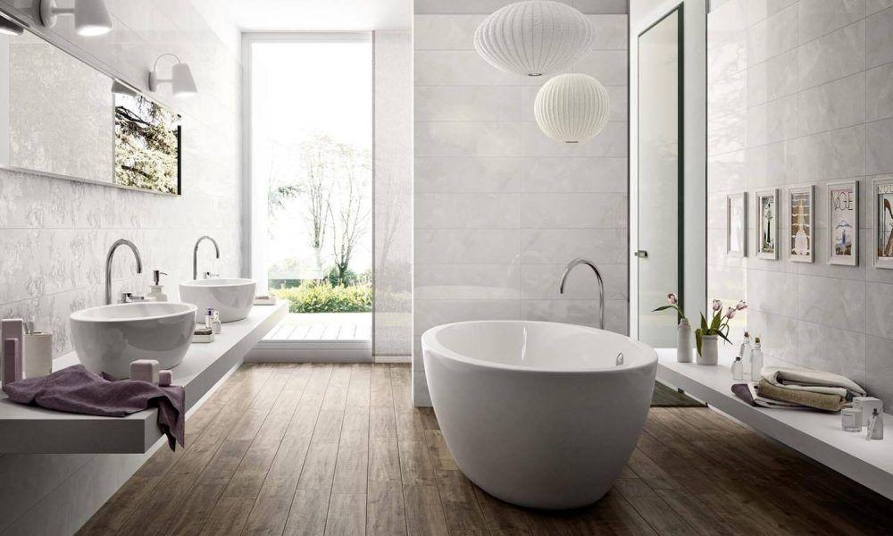 Houtlook in de badkamer met keramische vloertegels met houtlook