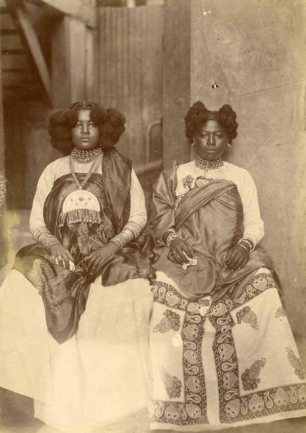 Deux femmes malgaches en tenue de cérémonie, circa 1890