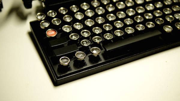 Usb Keyboard Recreates The Clicky Feel Of Typing On A Vintage Typewriter Designtaxi Com Typewriter Vintage Typewriters Keyboard