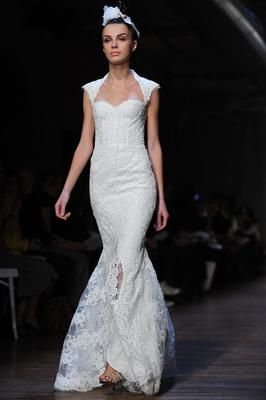 Monique Lhuillier Amaranth wedding dress looks absolutely stunning from the front and the back. $4800 (reg $6400)