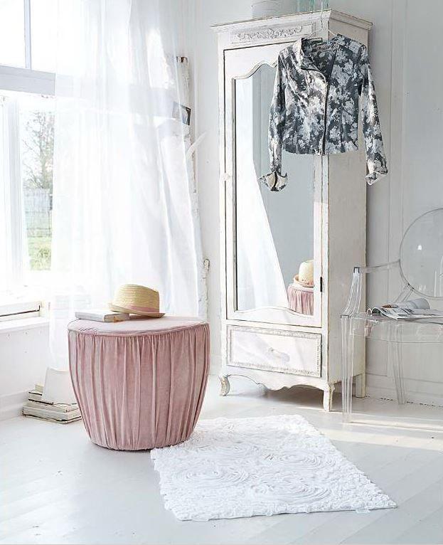 vom barock inspiriert schrank mit spiegelt r mit h bschen details und wei er lackierung mit. Black Bedroom Furniture Sets. Home Design Ideas