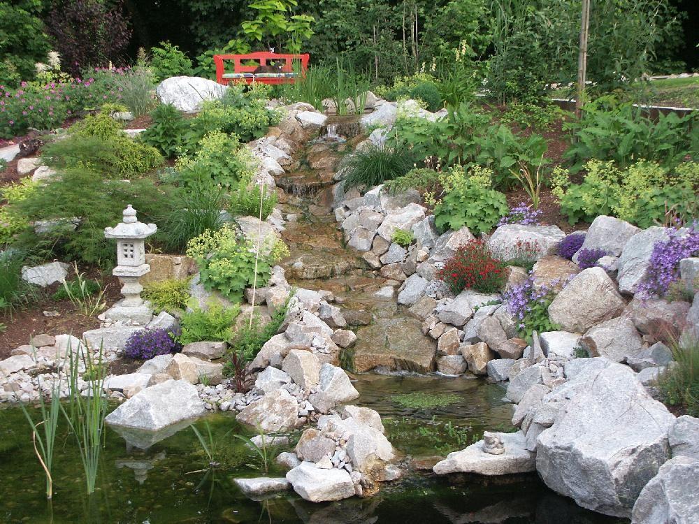 un ruisseau simple entre des roches en granit avant d. Black Bedroom Furniture Sets. Home Design Ideas