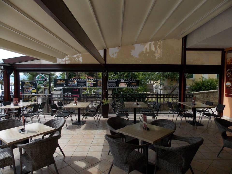 Drvena pergola sa pokretnom tendom za ugostiteljski objekt pergola tende - Giardini veneti ombrelloni ...