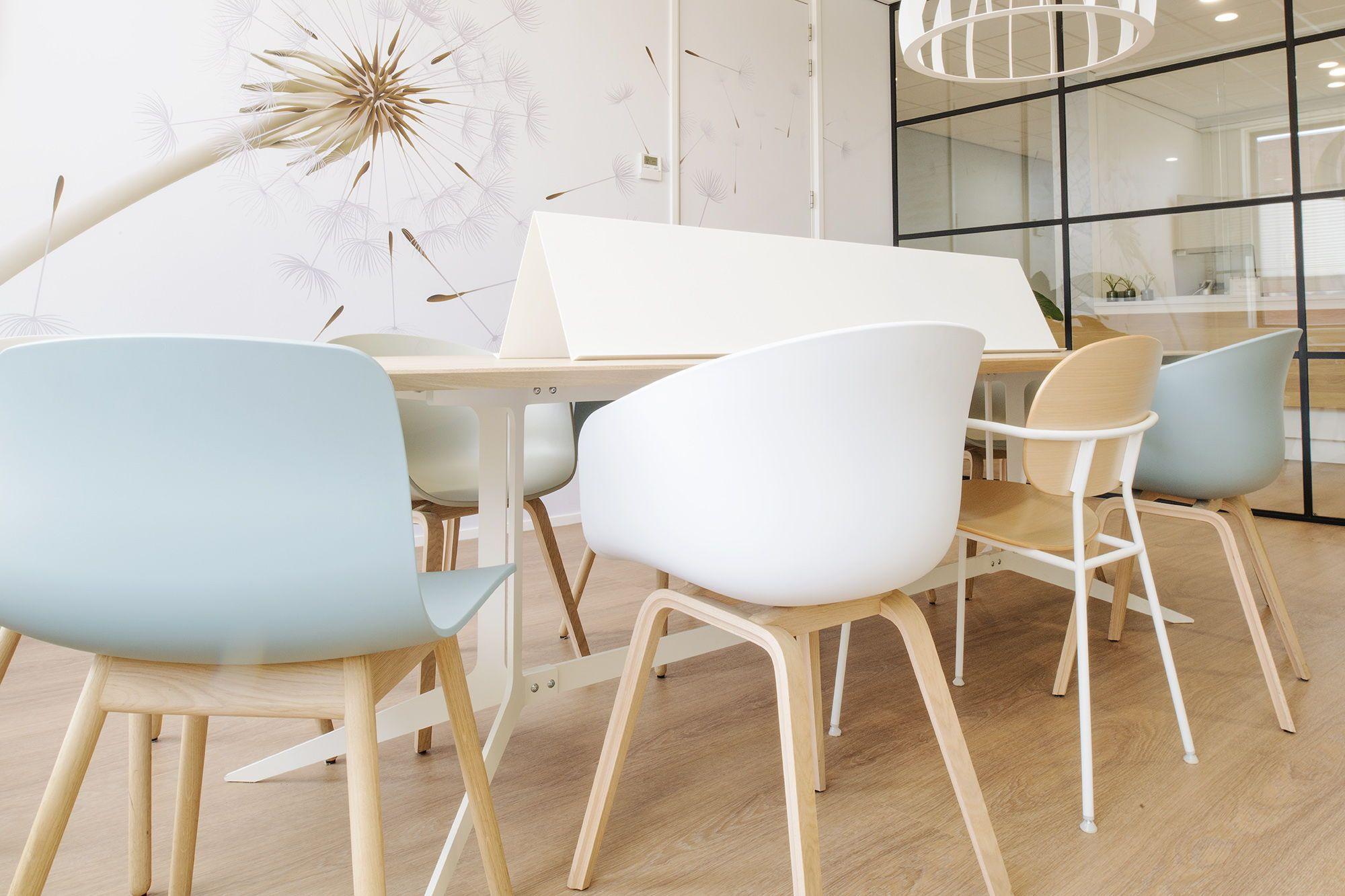 Ovale houten tafels halen alles uit de beschikbare ruimte hier