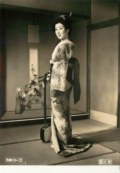 着物姿で三味線を持つ若い頃の山本富士子