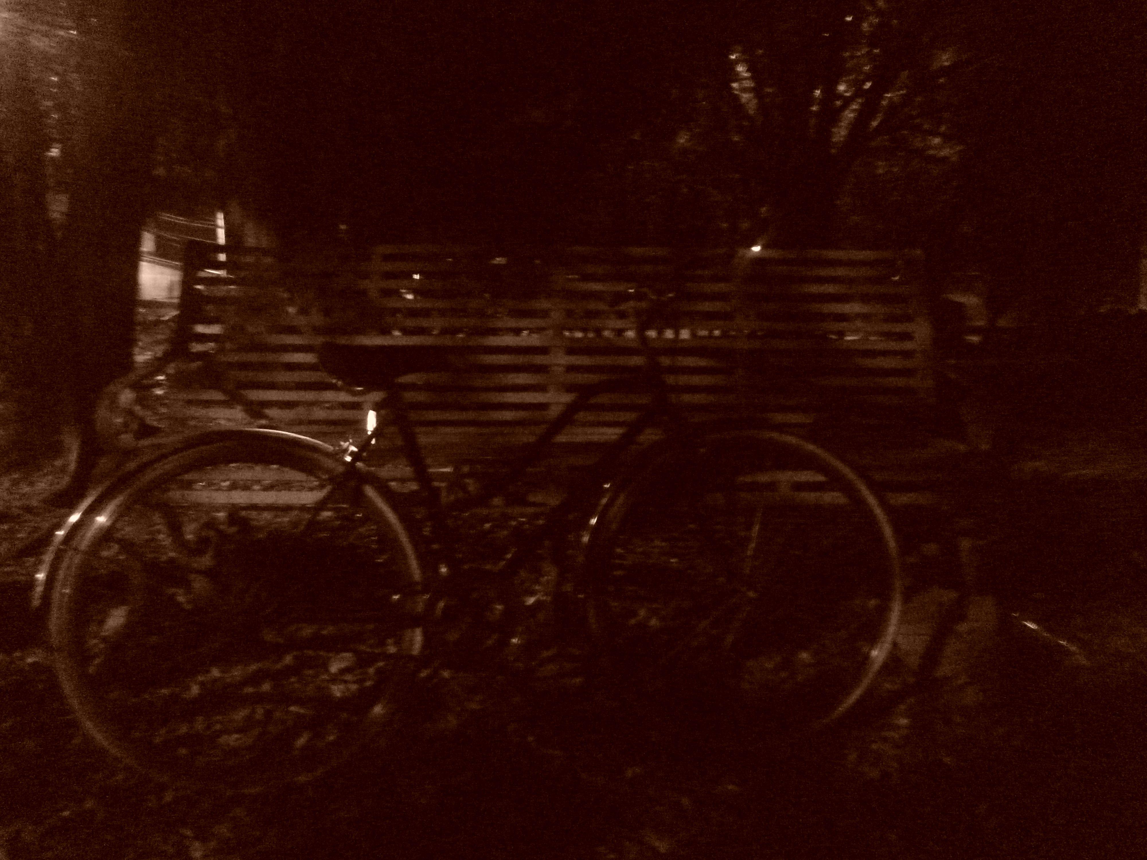 Noche de las 00:30 en parque cercano a Nueva Kennedy.