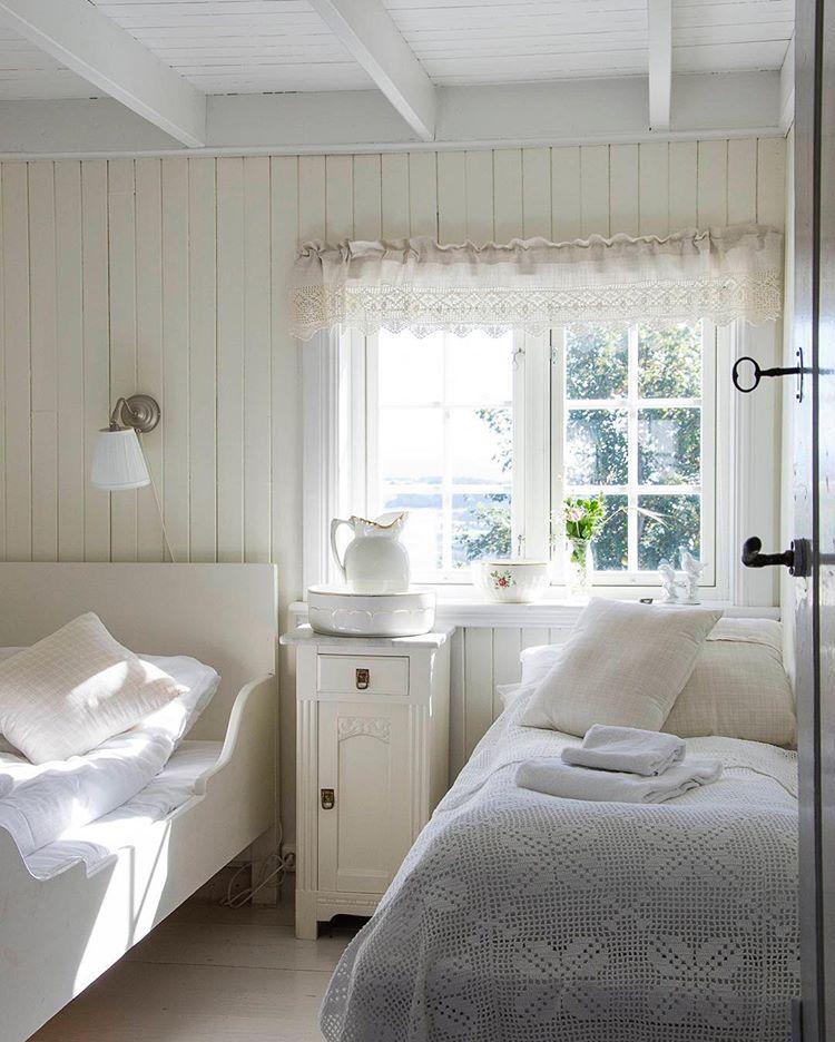 """Photo of Lev Landlig on Instagram: """"For en drøm av et landlig soverom hos @husfruahotell! 🌱🌸🌱vinneren av fjorårets grunderkåring i Lev Landlig. Kanskje er du også en landlig…"""""""
