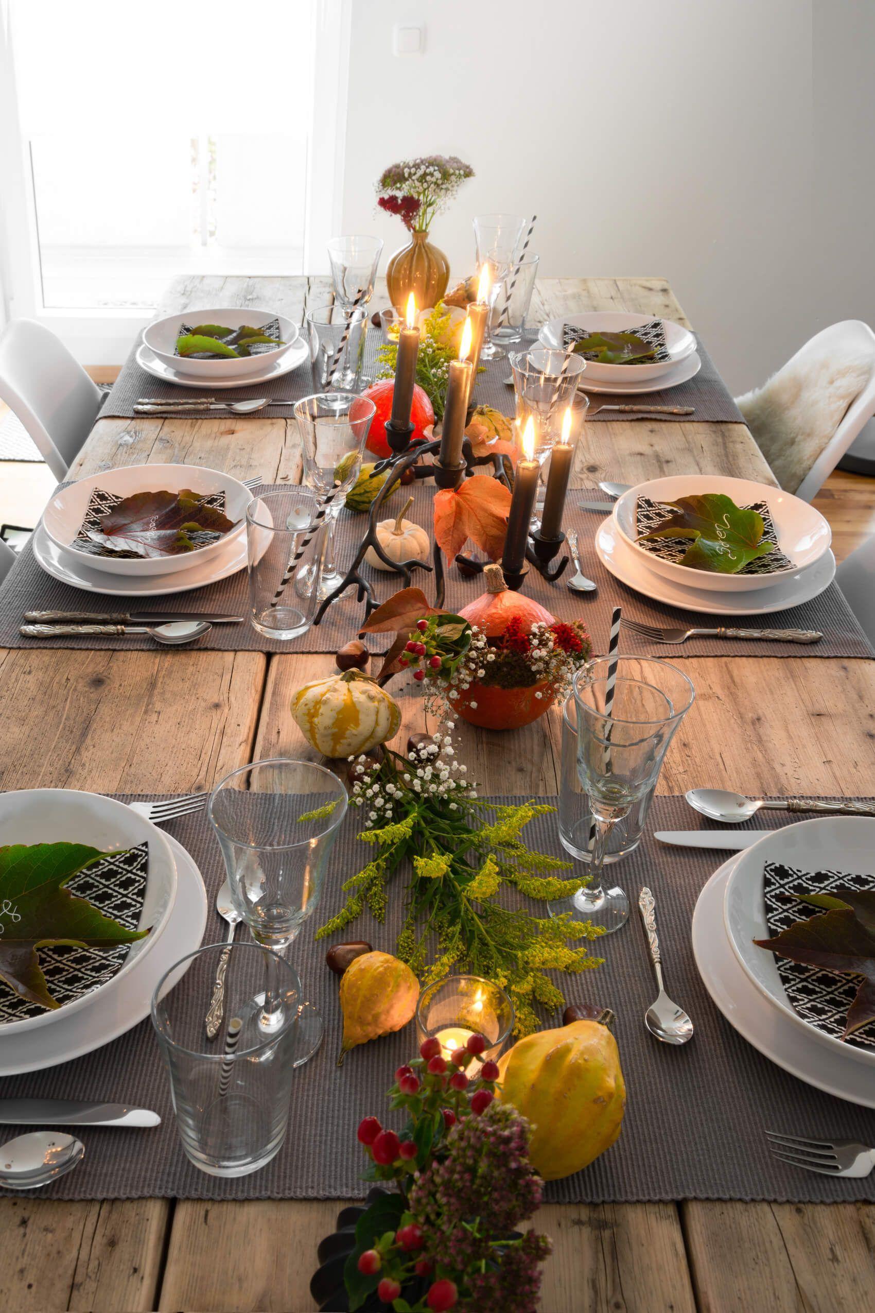 Herbstliche Tischdeko - so gelingt sie einfach & günstig #herbsttischdekorationen Herbstliche Tischdeko einfach und günstig nachmachen. Mit diesen drei Tipps gelingt die perfekte Tischdekoration für den Herbst im Handumdrehen. #tischdekoherbstesstisch