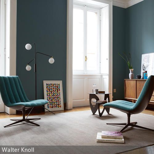 Petrolfarbene Samtsessel vor grau-blauer Wand | Farbgestaltung ...