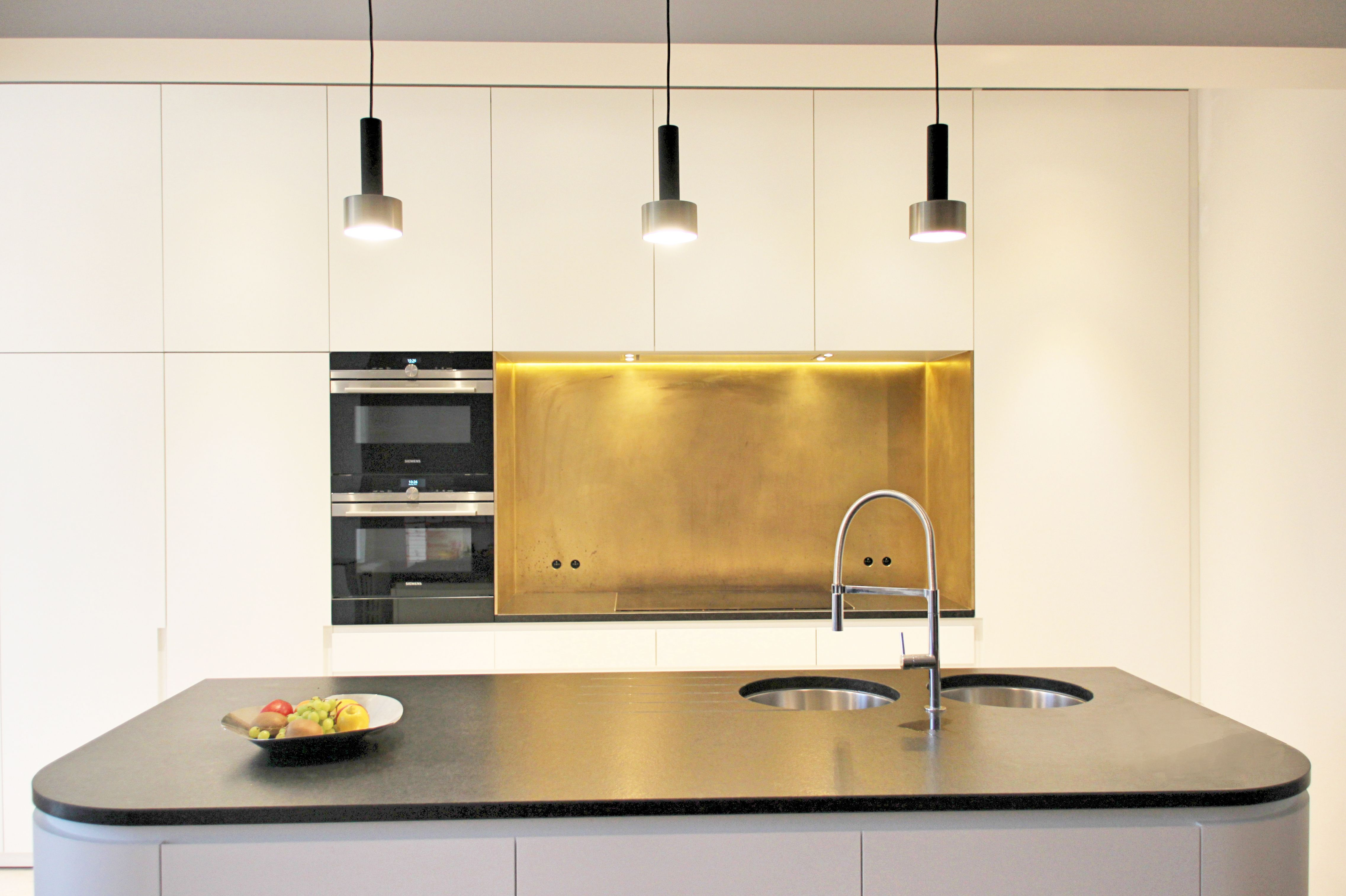 Interieur open keuken renovatie messing siemens keukeneiland