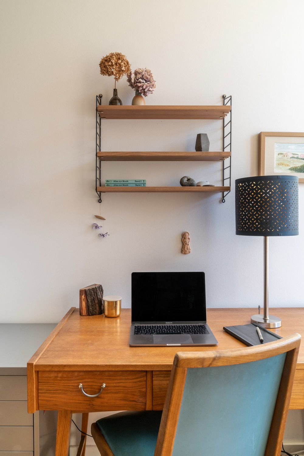 Vintage combined with the classic String shelf. A beautiful home office space which is functional, tidy and has character. #study #homeoffice #vintagefurniture #hausoflund