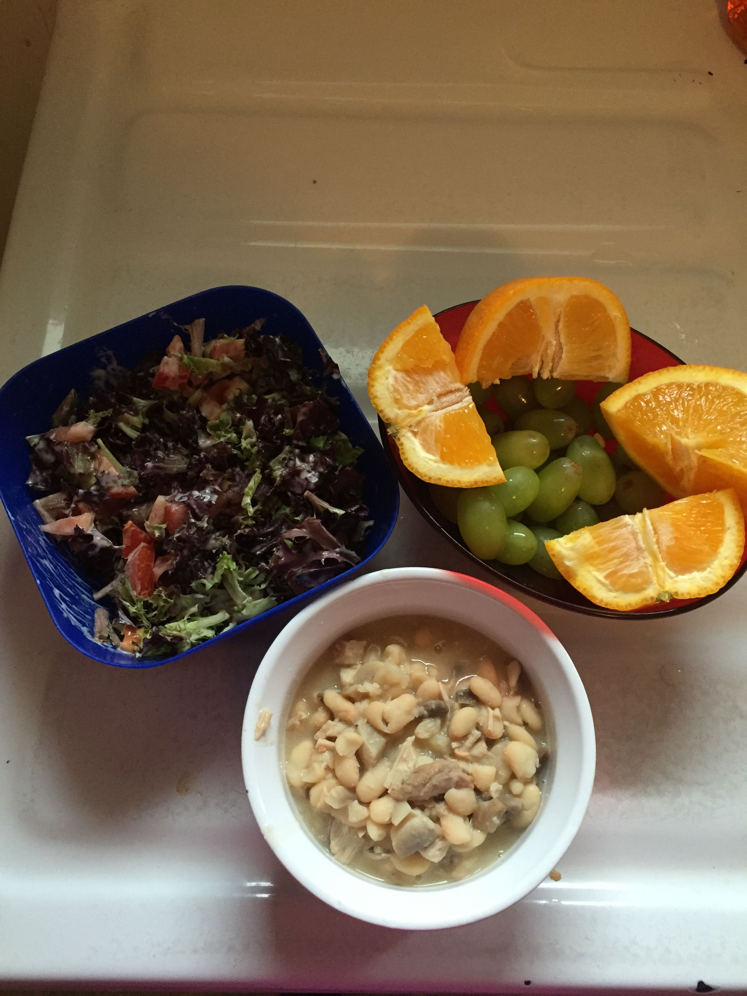 9 Weight watcher points... 1 cup green grapes 1 medium orange 1 1/2 cups leaf lettuce 1 medium tomato 2 Tablespoon Kroger light ranch dressing 3/4 cup canned northern beans 1/2 cup cooked mushrooms 3 oz cooked pork tenderloin