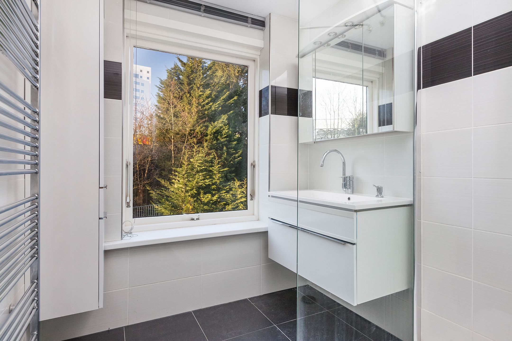 Design Badkamer Radiator : Design radiator inloopdouche moderne badkamer woning verkoop