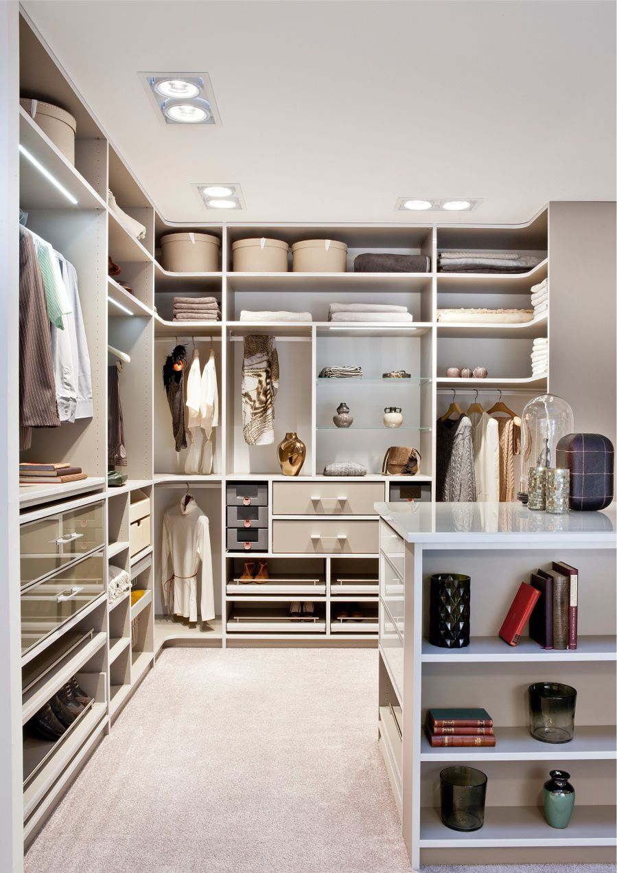 Ein Ankleidezimmer in zarten Beige Tönen   Begehbarer kleiderschrank cabinet, Begehbarer schrank ...