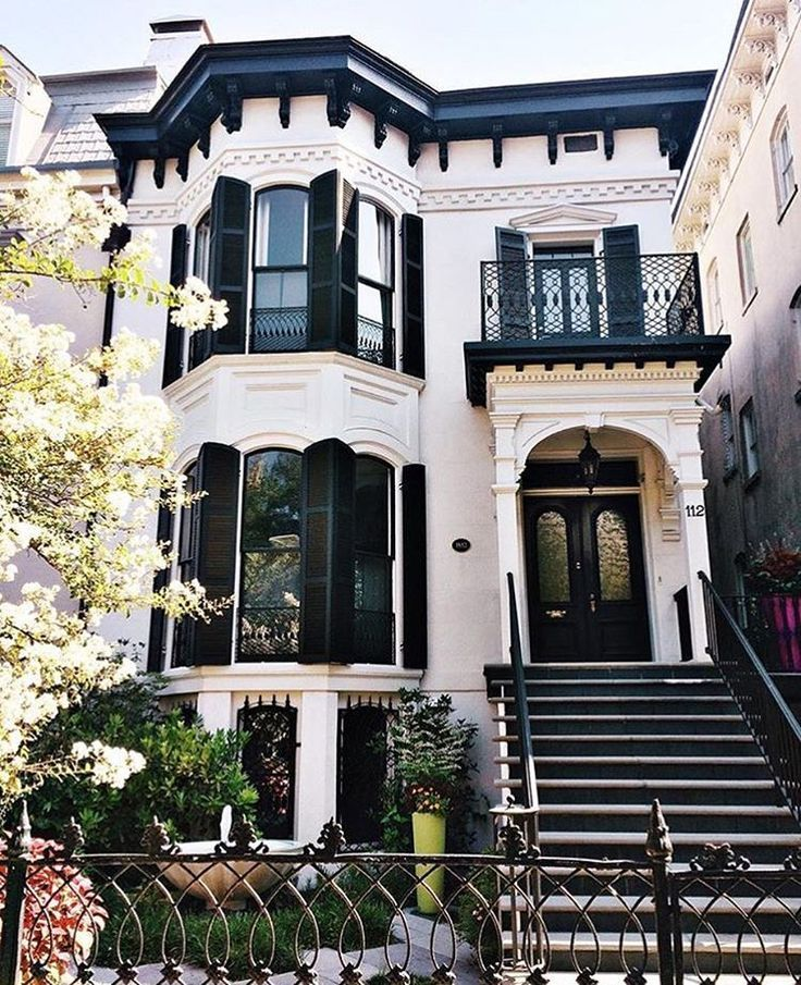 That Feeling When Your Dream House Isn T A Dream Visitsavannah Laurasuejohnson In 2020 Cottage Exterior Townhouse Exterior Dream House Exterior