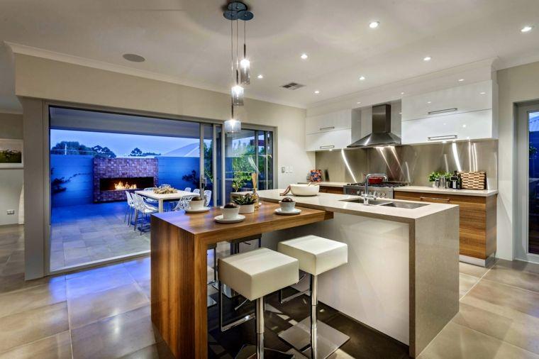 Open space arredato con un esempio di cucine moderne con isola a