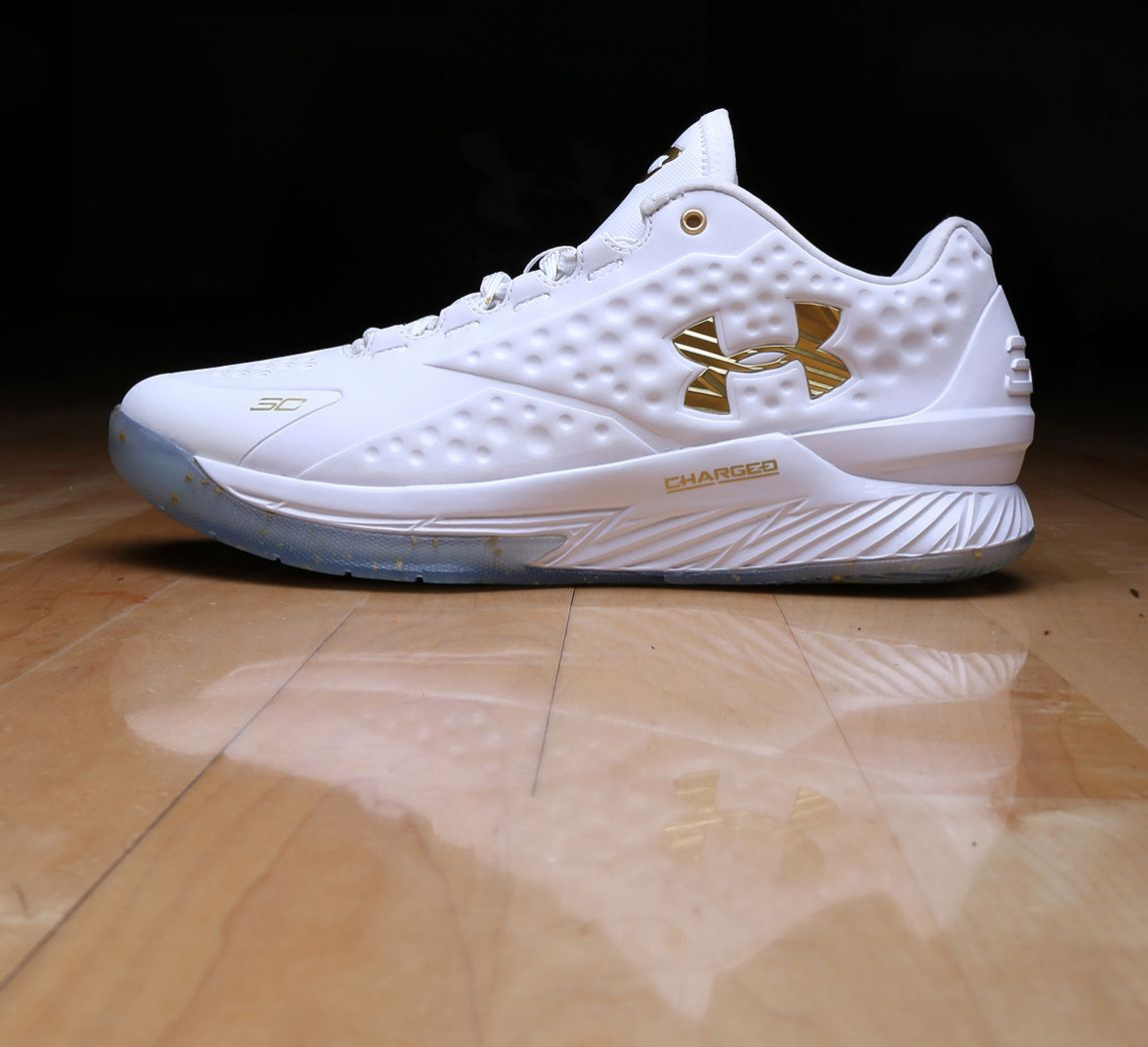 "0d9d31af8d6e EXCLUSIVE    STEPHEN CURRY S ""FRIENDS   FAMILY   MVP"" UNDER ARMOUR CURRY  ONE LOW"