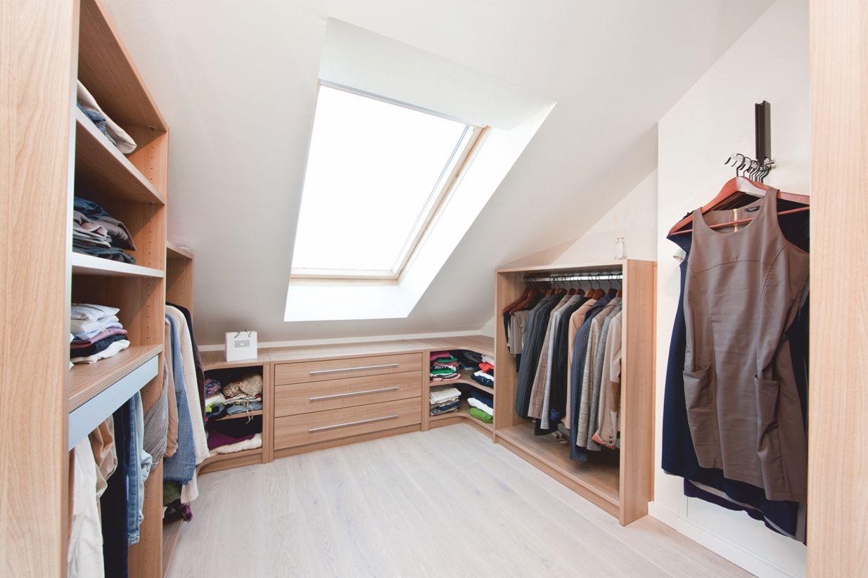 Ankleidezimmer ideen dachschräge  Übersichtliche Ordnung in der Ankleide unter der Dachschräge ...